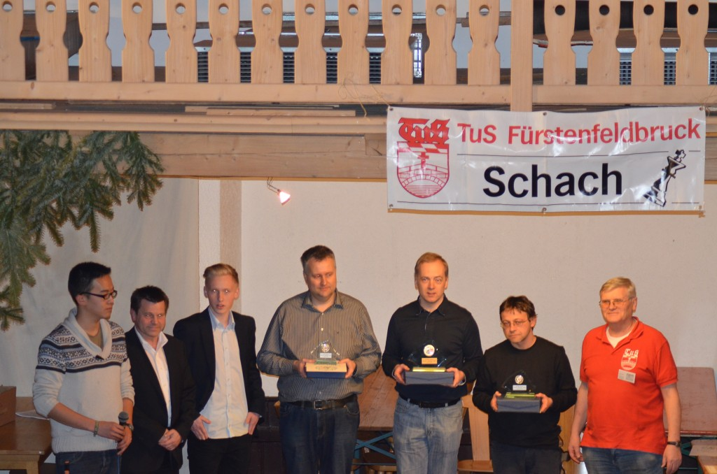 v.l.n.r.: Stanley Yin (Turnierleiter), Thomas und Adrian Hirn (Sponsor), IM Christoph Renner (3.), IM Thies Heinemann (1.), GM Boris Chatalbashev (1.), Helmut Becker (Ausrichter)